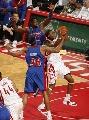 图文:[NBA]火箭胜活塞 麦迪进攻遭犯规