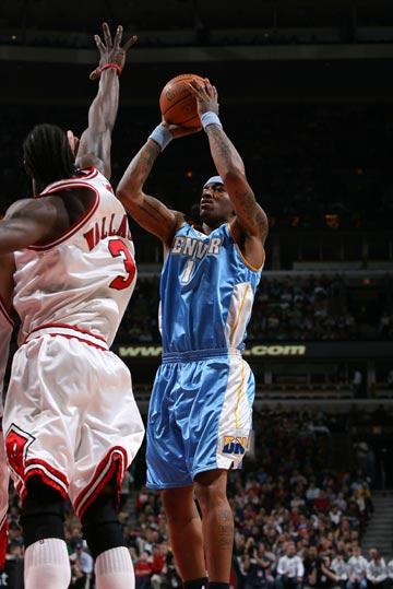 图文:[NBA]公牛胜掘金 J.R史密斯投篮出手