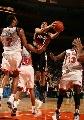 图文:[NBA]开拓者胜尼克斯 罗伊突破上篮