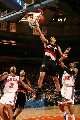 图文:[NBA]开拓者胜尼克斯 罗伊单手上篮