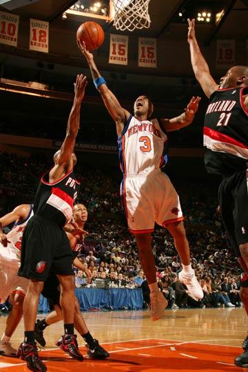 图文:[NBA]开拓者胜尼克斯 马布里飞身上篮