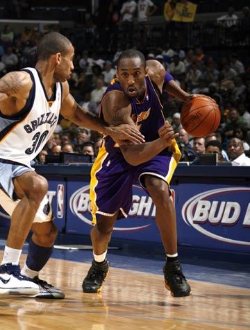 图文:[NBA]湖人胜灰熊 科比持球进攻