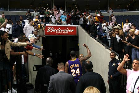 图文:[NBA]湖人胜灰熊 科比接受欢呼