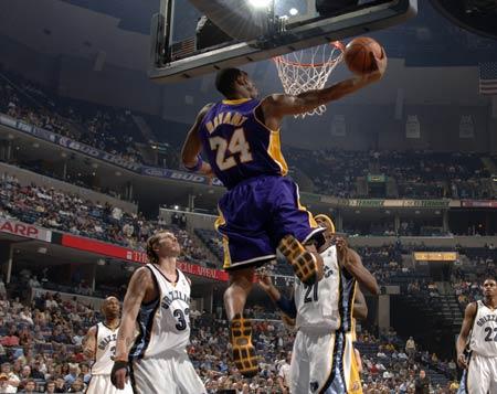 图文:[NBA]湖人胜灰熊 科比反身背扣