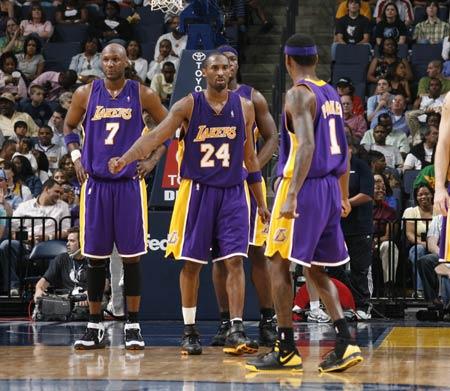 图文:[NBA]湖人胜灰熊 科比庆祝进攻得手