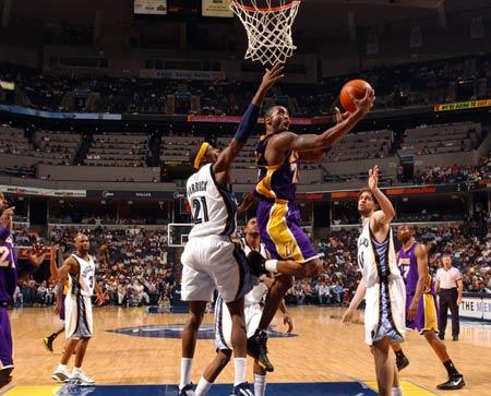 图文:[NBA]湖人胜灰熊 科比反身上篮