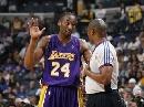 图文:[NBA]湖人胜灰熊 科比向裁判抱怨