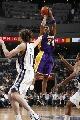 图文:[NBA]湖人胜灰熊 科比后仰跳投