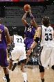 图文:[NBA]湖人胜灰熊 科比漂移投篮
