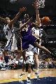 图文:[NBA]湖人胜灰熊 科比底线突破