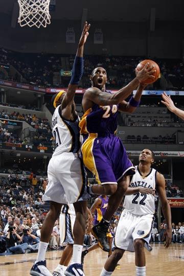 图文:[NBA]湖人胜灰熊 科比杀入篮下