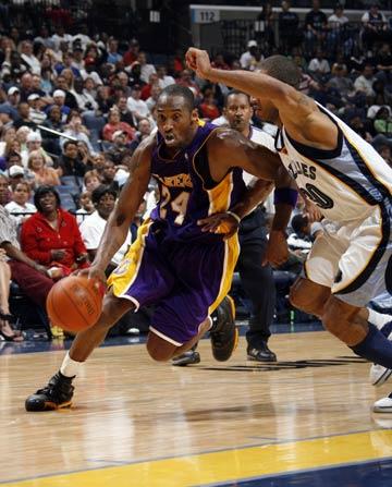 图文:[NBA]湖人胜灰熊 科比带球突破