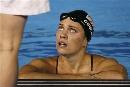 图文:游泳比赛即将开始 名将柯琳于教练交谈