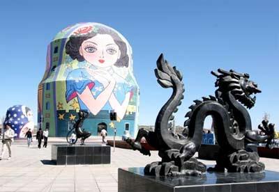 """中国""""俄罗斯年""""期间,内蒙古满洲里的""""套娃""""主题广场落成。(资料图片"""