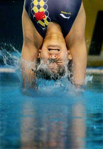 图文:女子一米板决赛 冠军入水一瞬间