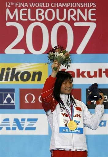 图文:女子一米板决赛 何姿冠军台上灿烂微笑