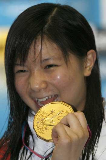 图文:女子一米板决赛 灿烂小花品尝金牌滋味