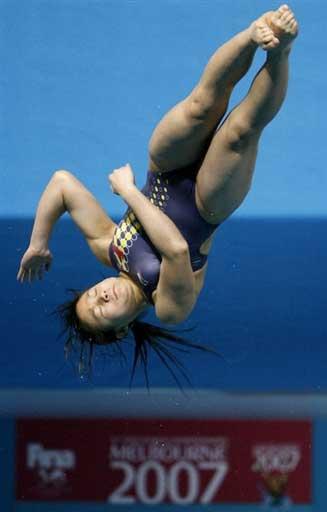 图文:女子一米板决赛 中国小将姿态完美