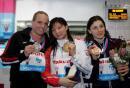 图文:女子一米板决赛何姿夺冠 与银铜牌合影