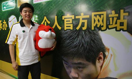 图文:丁俊晖做客搜狐 小丁与小狐狸的合影