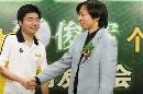 图文:小晖做客聊天 丁俊晖与张朝阳握手