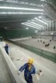图文:中国农业大学体育馆 工人进行馆内施工