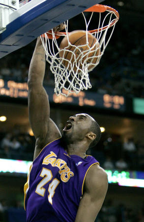 图文:[NBA]湖人战胜黄蜂 科比比赛中扣篮