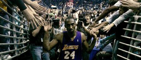 图文:[NBA]骑士胜尼克斯 科比接受祝贺