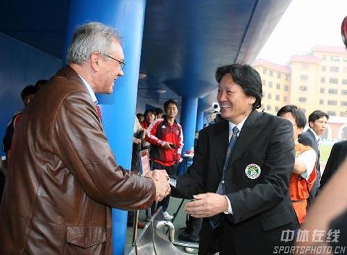 图文:[国足]中国VS澳大利亚 朱广沪杜伊握手