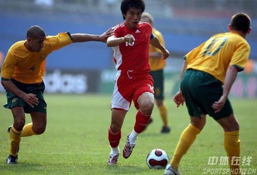 图文:[国足]中国VS澳大利亚 郑智遭对手夹击