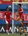 图文:[国足]中国VS澳大利亚 继海腾空争顶头球