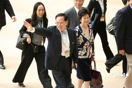 曾荫权在夫人陪同下抵达行政长官选举会场,向支持者挥手。