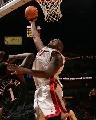 图文:[NBA]76人93-85热火 奥尼尔勾手上篮