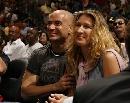 图文:[NBA]76人93-85热火 阿加西夫妇微笑