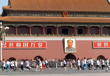 图文:北京国际长跑节举行 队伍经过天安门