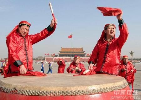 图文:倒计时500天北京国际长跑节 擂鼓助威