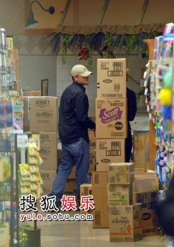 莱昂纳多揽女友逛超市