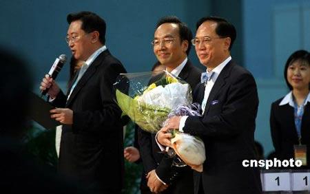 3月25日,香港2007行政长官选举结束,曾荫权(右)取得649票,以高票当选第三届行政长官人选。 中新社发 洪少葵 摄
