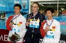 图文:男子十米台颁奖 前三名选手合影留念