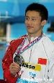 图文:男子十米台颁奖 周吕鑫展示银牌