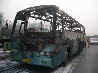 校车被烧得只剩一个骨架