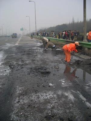 清障人员正在打扫地上的残骸