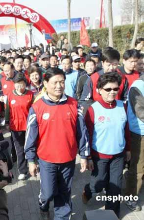 """三月二十五日,""""走向2008--国际长走""""活动在北京朝阳公园举行。来自不同行业的人士参加了这一十分有意义的活动。国务委员陈至立、北京市委书记刘淇出席了活动并与市民一起长走。 中新社发 任海霞 摄"""