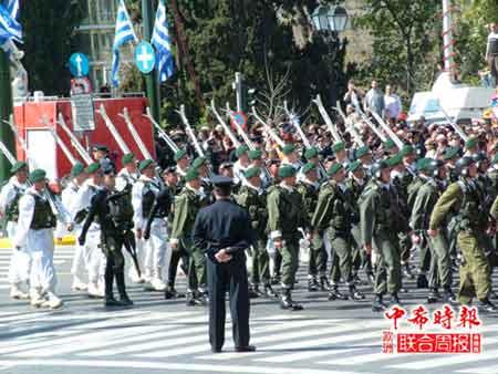 希腊海陆空三军分别进行了气势恢弘的游行和阅兵仪式。