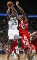 图文:[NBA]火箭VS黄蜂 布朗篮下跳投