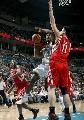 图文:[NBA]火箭VS黄蜂 阿姆斯特朗突破姚明