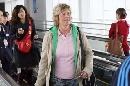 图文:[女足]多曼斯基抵达北京 走下电梯