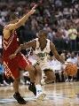 图文:[NBA]火箭负黄蜂 保罗突破巴蒂尔