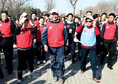 昨天,万余人用长走的方式喜迎2008年奥运会倒计时500天。图为北京市委书记、北京奥组委主席刘淇(左二)与国务委员陈至立(左三)等走在队伍的前面