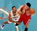 图文:[NBA]火箭负黄蜂 姚明内线勾手